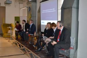 Lenka Puh na desni strani govorniškega odra med Lindsey Hall in Michaelom Pynerjem; foto: Forum socialnega podjetništva